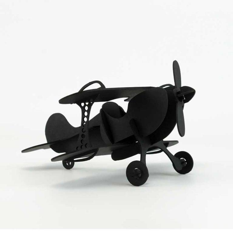 Avion en carton noir